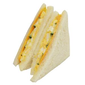 定番人気のたまごサンドにチェダーチーズをトッピング。389kcal